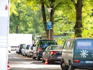 viel Autos in der Straße neben dem Weißensee