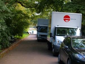 auch der Weg zum See voller Fahrzeuge